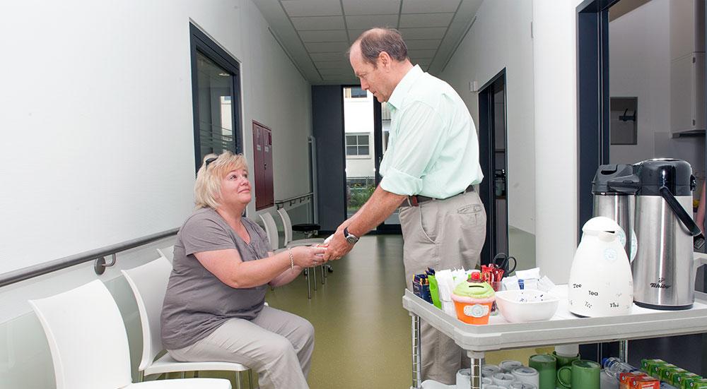 Ehrenamt am Universitätsklinikum Bonn – Grüne Damen und Herren leisten seit 30 Jahren Dienst am Patienten