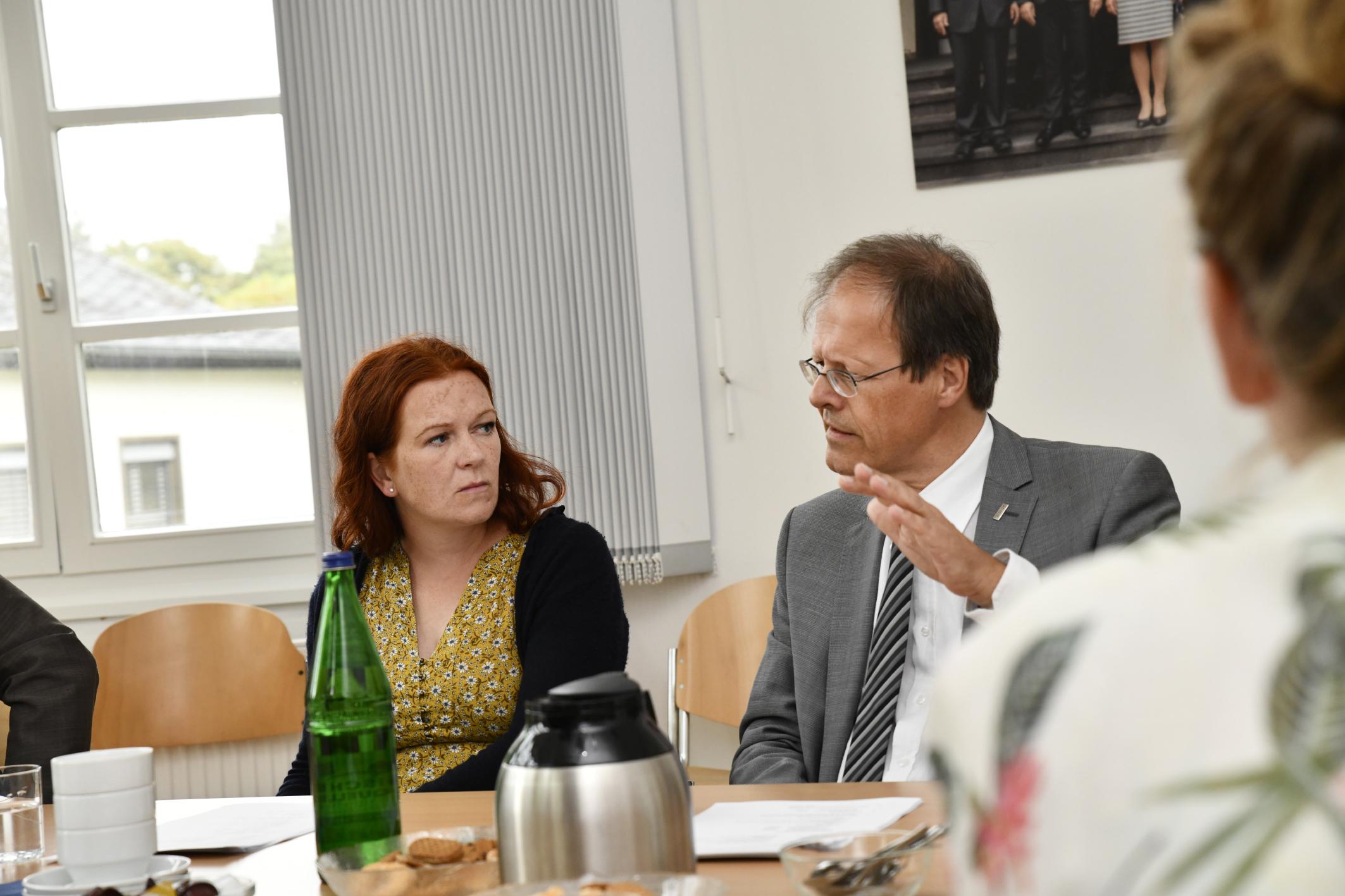 Stellv. Fraktionsvorsitzende von Bündnis 90/Die Grünen im Bundestag besucht KinderSchutzGruppe des Universitätsklinikums Bonn (UKB)