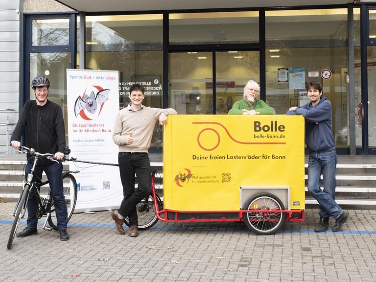 """Fledermaus """"Cory"""" fährt mit Lastenrad durch Bonn"""